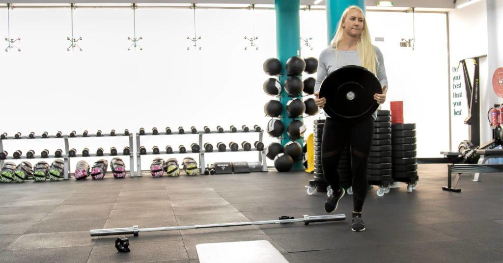 Ladies lifting weight curvalicious ladies gym dubai